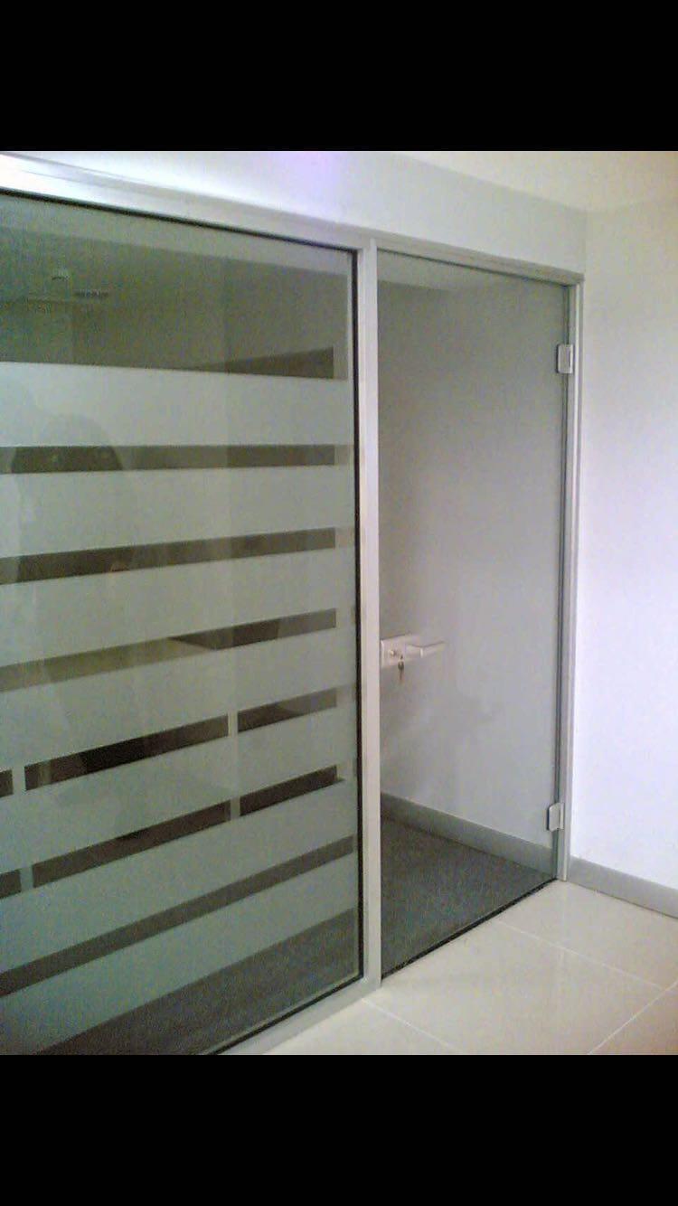 Ofis büro kapıları